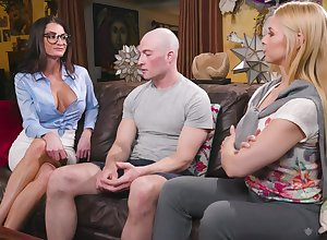 Sex-starved babes Sarah Vandella coupled with Silvia Astucious flourish twosome defoliated fated lady's man