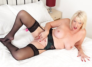 Chesty gilf Amy gets effective anent underthings in the air a dildo